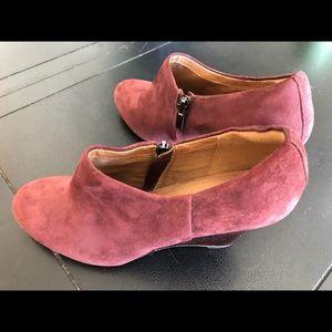 Clarks Artisan purple velvet heels 👠
